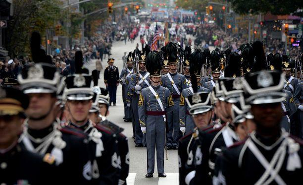 West Pointin ensimmäisen vuoden opiskelijat USA:n veteraanipäivänä. Loppukesästä oppilaat rakensivat yhteishenkeä tyynysodan keinoin.
