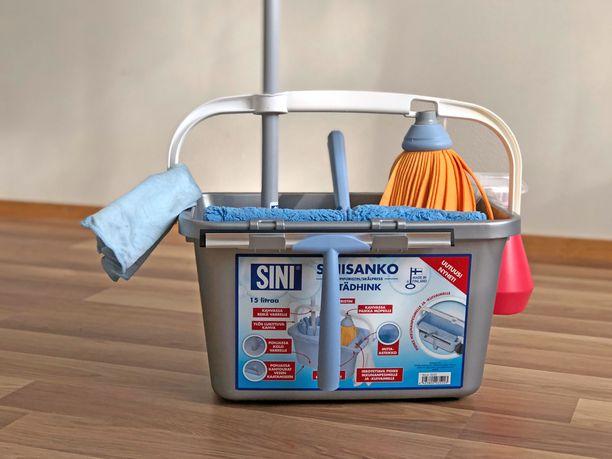 Sangon telineissä ja koukuissa siivousvälineet kulkevat tukevasti ja turvallisesti mukana.