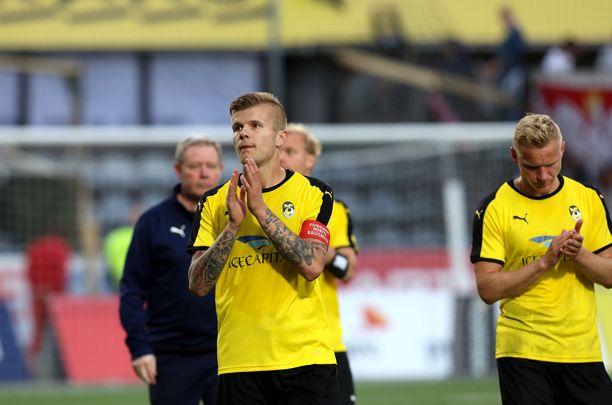 KuPS:n kapteeni Petteri Pennanen ja Ats Purje kiittävät kannattajia ottelun jälkeen.