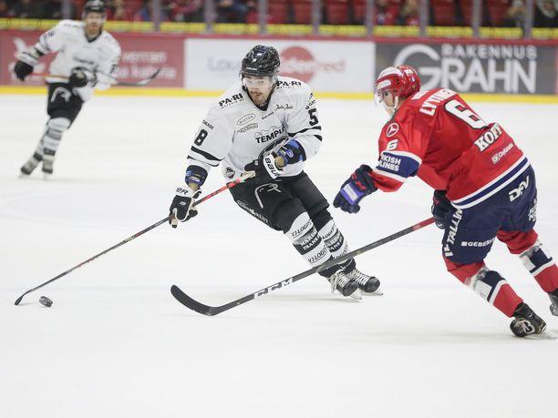 Turnaus alkaa Turussa ja päättyy Helsingissä. Kuvassa taistelua viime helmikuulta TPS:n Oskari Lehtisen ja HIFK:n Joonas Lyytisen tapaan.
