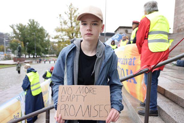 Fridays For Future -liikkeen aktivisti Luka Helsto, 13, kertoi olleensa ilmastolakossa pois koulusta jo useana perjantaina. Hän vaatii päättäjiltä tiukempaa ilmastopolitiikkaa. – Koen, että tällä on vaikutusta, Luka Helsto sanoi.