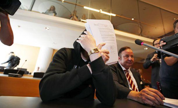 Michael Penttilä ei halunnut näyttää kasvojaan Helsingin käräjäoikeudessa alkaneessa murhaoikeudenkäynnissä.