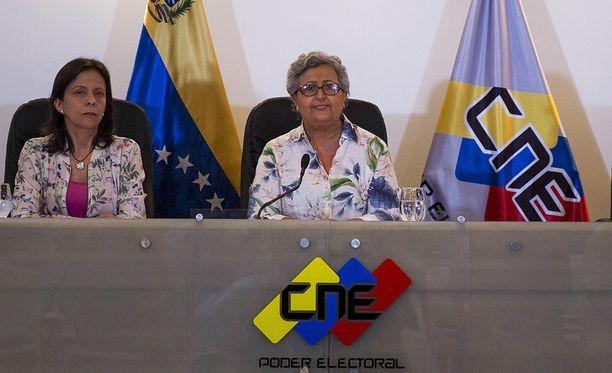 Kansallisen vaalilautakunnan puheenjohtajan Tibisay Lucenan (oik.) mukaan äänestyksen järjestäneen brittiyhtiön lausunnot manipuloinnista ovat vastuuttomia.