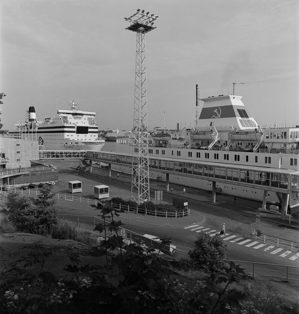 Georg Ots Eteläsataman Olympialaiturissa vuonna 1981. Takana Tukholmaan liikennöinyt MS Silvia Regina.