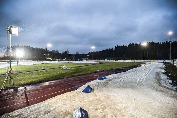 Etelä-rannikolla on tänä talvena hiihdetty vain tykkilumella. Tutkijoiden mukaan erityisesti Lounais-Suomessa talvet saattavat jäädä tulevaisuudessa kokonaan saapumatta. Kuva Vantaan Hakunilasta, jossa järjestettiin Suomen cupin -hiihdot tiistaina ja keskiviikkona.