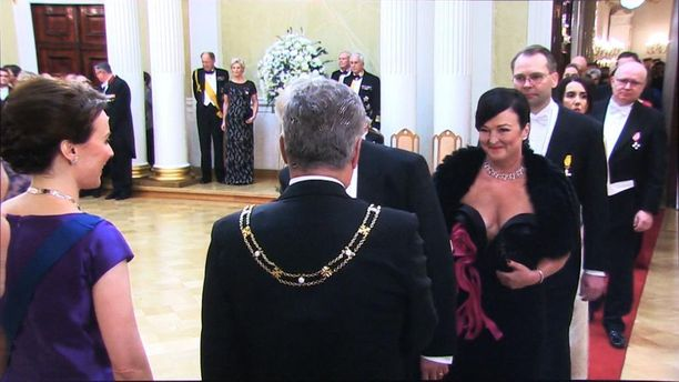 Konkaripoliitikko Olli Rehnin Merja-vaimon äärimmäisen avara kaula-aukko oli liian rohkea valinta Linnan juhliin.