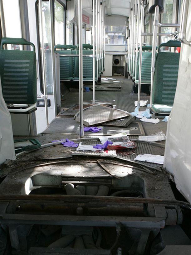 Raitiovaunu kärsi pahoja vaurioita törmäyksessä.