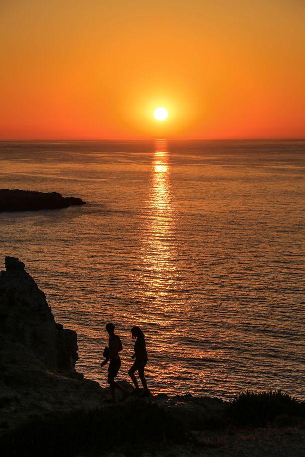 Saaren upeimmat auringon¬laskut avautuvat Cavallerian majakalta, joka on nähtävyys jo itsessään.
