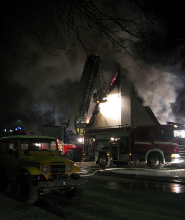Palon arvioidaan alkaneen peltiseinäisestä varastosta.