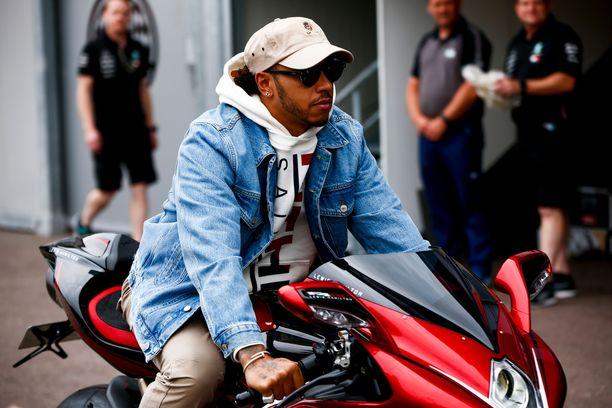 Mercedes vapautti Lewis Hamiltonin mediavelvollisuudestaan Monacossa.