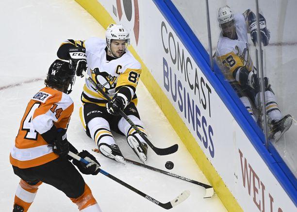 Sidney Crosby antoi syötön kelkkailutyyliin ottelussa Philadelphia Flyersia vastaan.