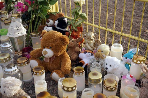 Kynttilöiden seassa oli lukuisia pehmoleluja ja kukkasia.