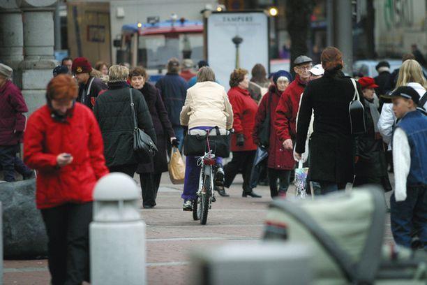 HÄMEENKADULLA pyöräillään kiellosta huolimatta kävilijöiden seassa.