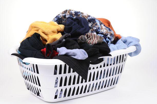 Noroviruspotilaan vaatteet ja vuodevaatteet kannattaa pestä 60 asteessa. Ulos pakkaseen vaatteita ei kannata viedä, koska pakkanen ei tapa norovirusta.