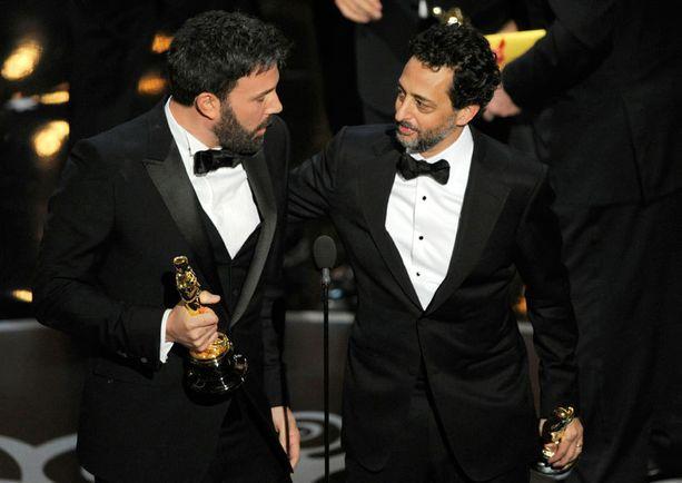Tuottaja-ohjaaja Ben Affleck ja tuottaja Grant Heslov riemuitsivat Argon saamasta parhaan elokuvan palkinnosta.