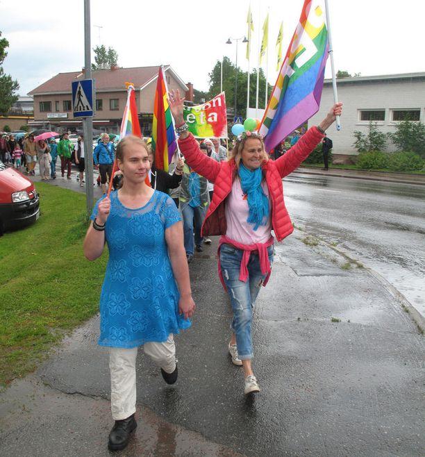Elina Partanen (vas.) ja Tarja Pölkki johdattivat Priden taajaman keskuskorttelin ympäri.
