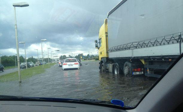 Pääväylä Tartosta Tallinnaan tulvi sunnuntaina pahoin. Useat ajoneuvot sammuivat kadulle jouduttuaan veden varaan.