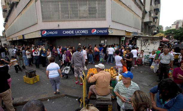 Tuhannet venezuelalaiset jonottivat päästäkseen elintarvikeostoksille supermarketiin maan pääkaupungissa Caracasissa viikko sitten torstaina.