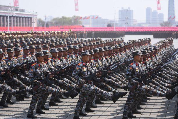 Pohjois-Korean armeija marssii Pjongjangin kaduille olympiakisojen alla.