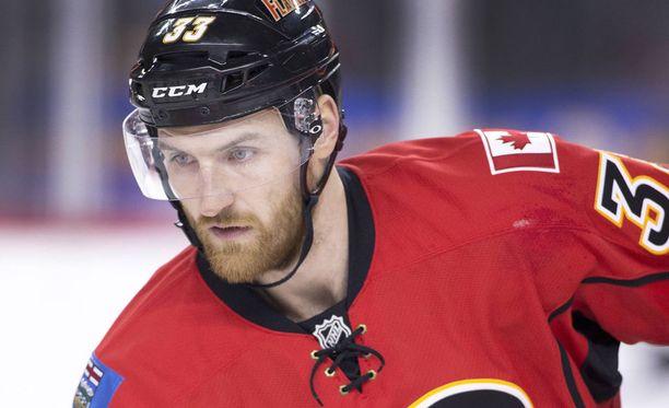 Jakub Nakladal pelasi viime kaudella Calgary Flamesissa.