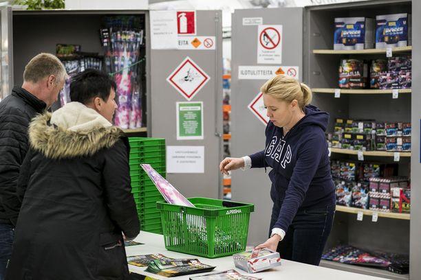 Monet urheiluseurat rahoittavat toimintaansa ilotulitteita myymällä. Johanna Palviainen myi Tapparan junioreiden hyväksi raketteja Lielahden Prismassa.