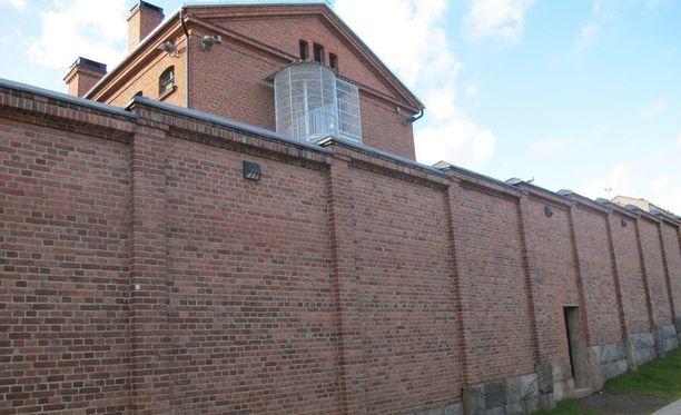 Itä-Suomen hovioikeus määräsi Donia Ali RezaeiŽn pidettäväksi edelleen vangittuna. Käräjäoikeus passitti hänet kesällä kuvassa näkyvän Kuopion vankilan muurien taakse.
