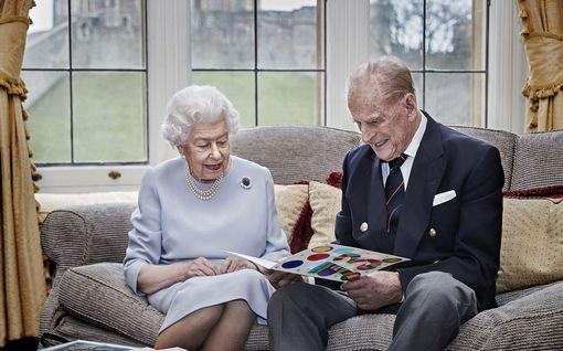 Kuningatar Elisabet ja prinssi Philip saivat koronarokotteen
