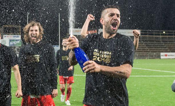 Konsta Rasimus (vasemmalla) ja Pablo Counago juhlivat liiganousua.