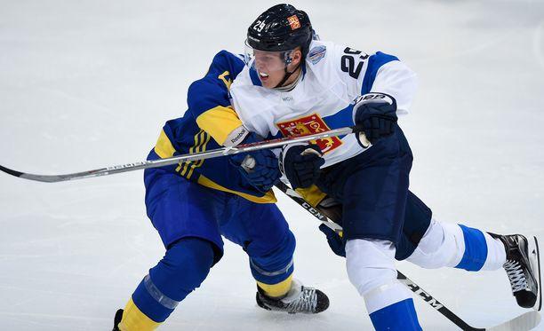 Patrik Laine on jäänyt pienessä kaukalossa jumiin vastustajiin. Kuva viime torstain Ruotsi-ottelusta.