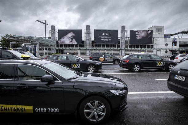 Kansanedustajat käyttivät eduskunnan uutta taksikorttia 46 000 eurolla huhti-toukokuussa. Matkoja tehtiin 1 804.