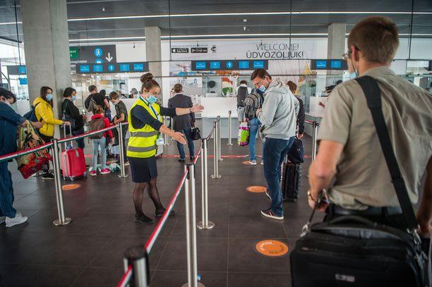 Käytännössä oikeus määräsi äidin muuttamaan Unkarista takaisin Suomeen, jos hän haluaa tavata lastaan. Kuvituskuva lentokentältä Budapestistä.