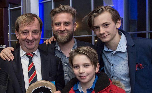 Harkimot poseerasivat yhdessä Suomen Jääkiekkoliiton tilaisuudessa viime joulukuussa. Kuvassa Hjallis sekä pojat Joel, Dan ja Leo (kuvassa oikealla).
