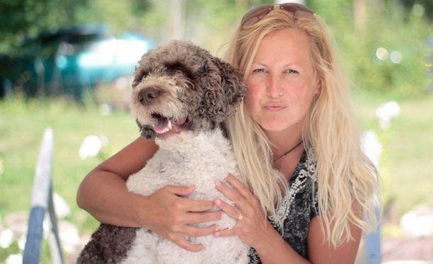 Kirsi Saloniemi ja Saku-koira ovat erottamaton pari. He ulkoilevat käytännössä päivittäin Pieksämen ja Varkauden maastoissa ja vesillä.
