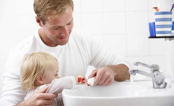 Pienet oppivat isoilta. Siksi myös aikuisten pitäisi harjata hampaansa kahdesti päivässä.
