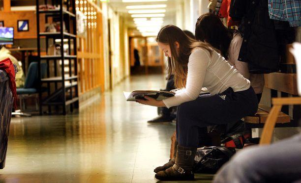 Valmennuskursseja suunnataan yhä enemmän jo ylioppilaskokeisiin valmistautuville lukiolaisille. Kuvassa abiturientti valmistautuu kokeeseen Ounasvaaran lukiossa Rovaniemellä.