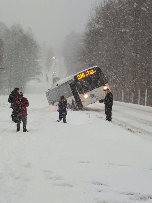 Espoossa liikennöivä bussi 236 ajoi torstaina ojaan matkustajien ollessa kyydissä.