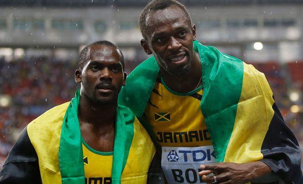 Nesta Carter (vas.) ja Usain Bolt juhlivat 100 metrin MM-finaalissa.