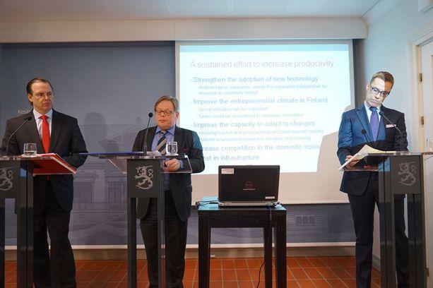 Pääministeri Alexander Stubb isännöi tilaamansa talousraportin julkistusta virka-asunnollaan Kesärannassa, mutta oli muutoin tilaisuudessa pääosin Juhana Vartiaisen (vas.) ja Anders Borgin kuunteluoppilaana.