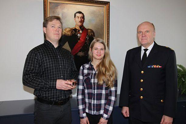 Pelastusjohtaja Jorma Lilja luovutti Elämän liekki -tunnustuksen keskiviikkona Teemu Keravuorelle ja Niina Vartiolle.