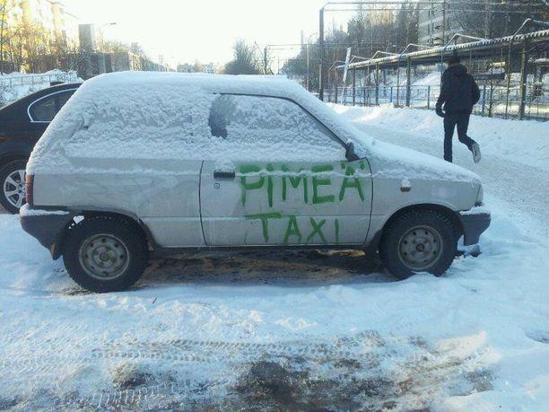 Parkissa oleva auto epäillyttää ohikulkijoita!