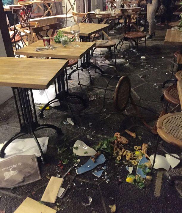 Suosittu terassikuja oli väkijoukon ryntäyksen jälkeen täysin tuhoutunut.