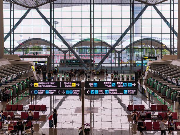 Guangzhou Baiyunin lentoaseman lähtöterminaalissa oli suhteellisen hiljaista lokakuussa 2019.