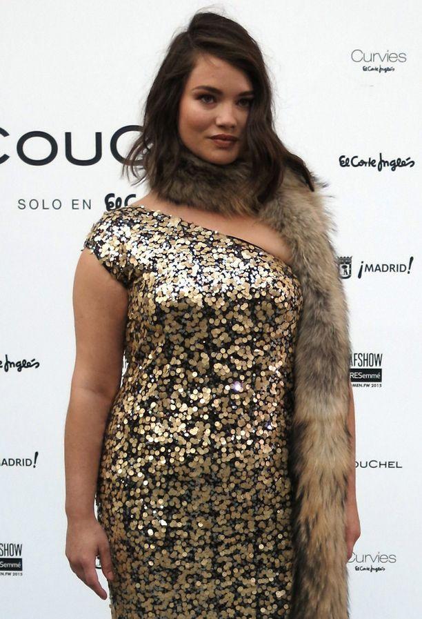 Turkiskaulus on jo liikaa - Tara Lynnin mekko toimisi paremmin, kun mallin kaula näkyisi.
