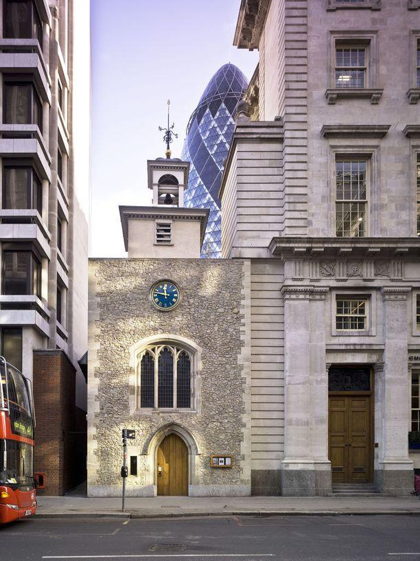 Lontoon pienin kirkko jää suurempien naapuritalojensa katveeseen.