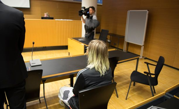 Koulusurman valmistelusta epäillylle naiselle luettiin syytteet perjantaina Helsingin käräjäoikeudessa.