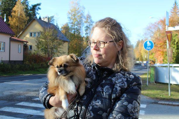 Anne-Marie Lehto saapui turmapaikalle.  – Järkyttävää. Äitinä minulla on ajatukset ja rukoukset molempien osapuolten luona.