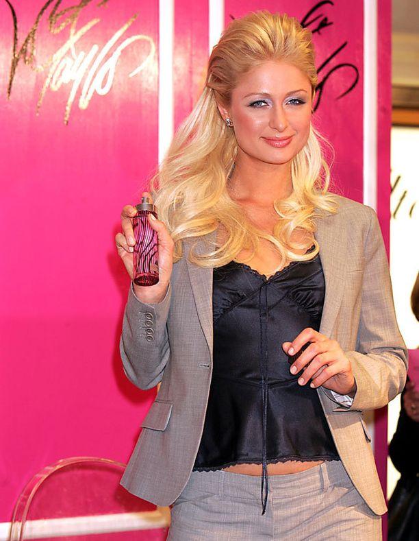 Paris Hilton vuonna 2005. Jakkupuku, jonka alla alustoppi. Housut lantiomalliset, kuinkas muuten.