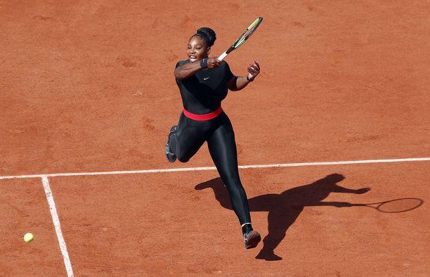 Serena Williams on edennyt Ranskan avoimissa kolmannelle kierrokselle.
