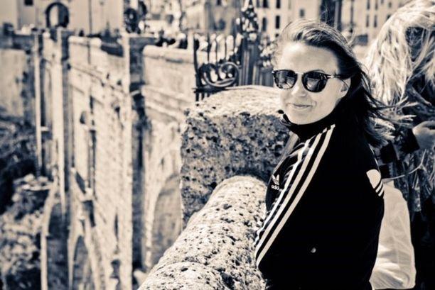 Saana Kiviranta aikoo vuosipäivänä viedä kukkia ystävänsä haudalle.