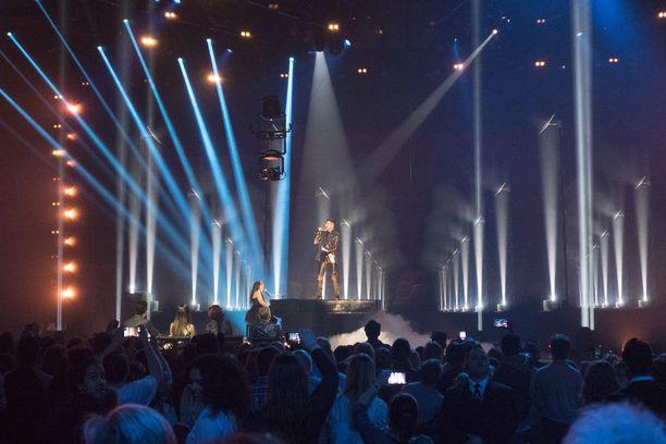 Adam Lambert pomppasi duetoimaan pianon päälle.